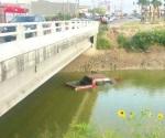 Encuentran una camioneta ahogada en canal Rodhe
