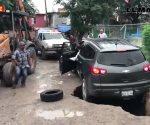 Matamoros: socavón casi se traga camioneta.