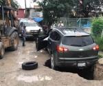 Socavón casi devora camioneta en Matamoros