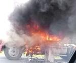 Arde camión cargado de vitropiso sin causas