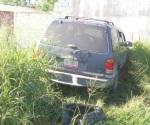 Abandonan camioneta tras choque