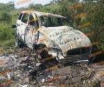 Abandonan camioneta tras volcar e incendiarse