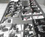 Aseguran arsenal en puente internacional