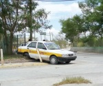 Choca taxi contra postes por conducir sin precaución