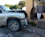 Se incrusta camioneta en una vivienda tras choque, en Tampico
