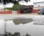 Reportan  aguas negras frente a una escuela