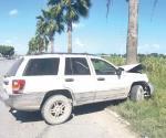 Pierden control de vehículo y se proyectan a palma