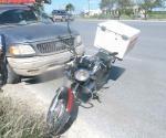 Mala maniobra de motociclista causa choque