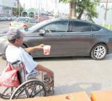 Sobrevive de la bondad de automovilistas