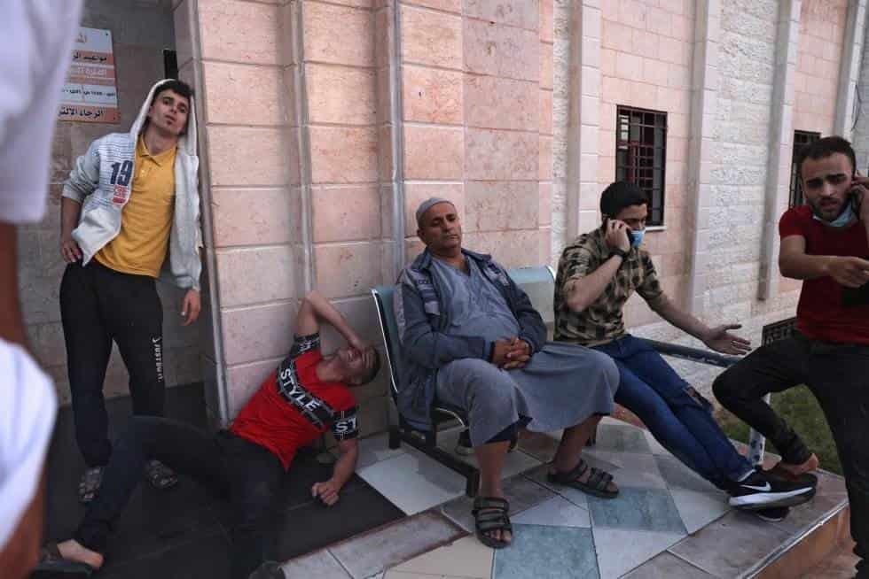 Ciudadanos palestinos esperan en la puerta en un hospital en el norte de la Franja de Gaza alguna información, tras el estallido de violencia. MOHAMMED ABED AFP