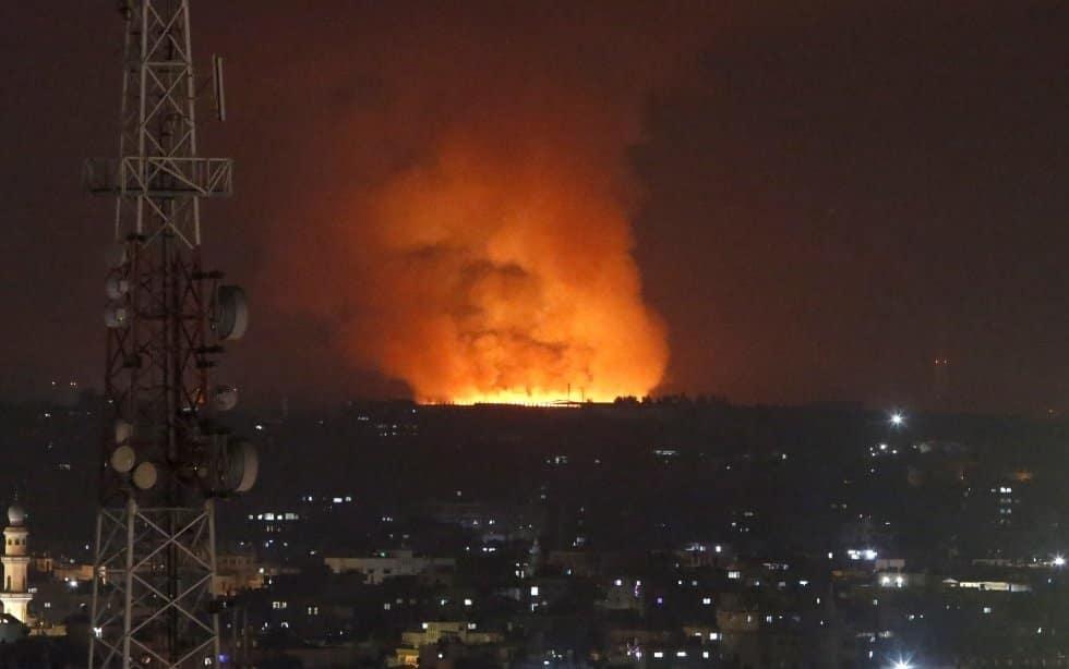 Un gran incendio provocado tras el ataque de las fuerzas israelíes en la franja de Gaza.