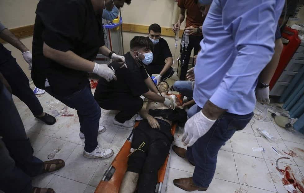 Los médicos atienden, en un pasillo del hospital, a un hombre herido durante el bombardeo de Beit Lahiya, al norte de la Franja de Gaza. MOHAMMED ALI AP