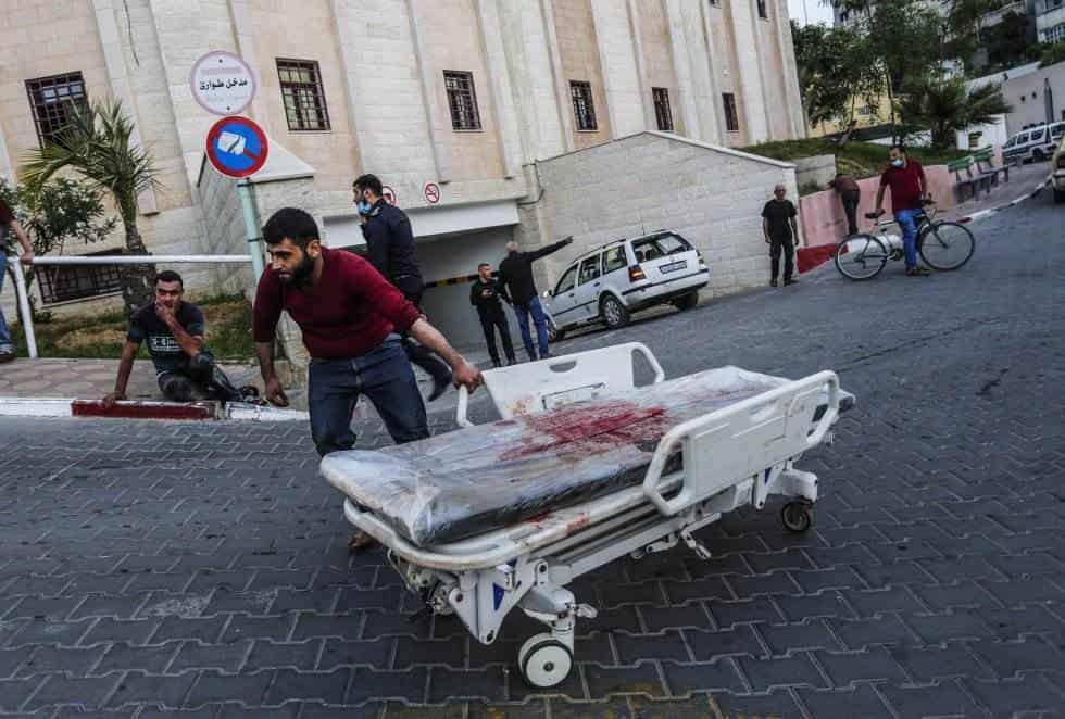 Una persona trasporta una camilla ensangrentada tras los bombardeos israelís sobre la Franja de Gaza. MAHMOUD ISSA ZUMA PRESS