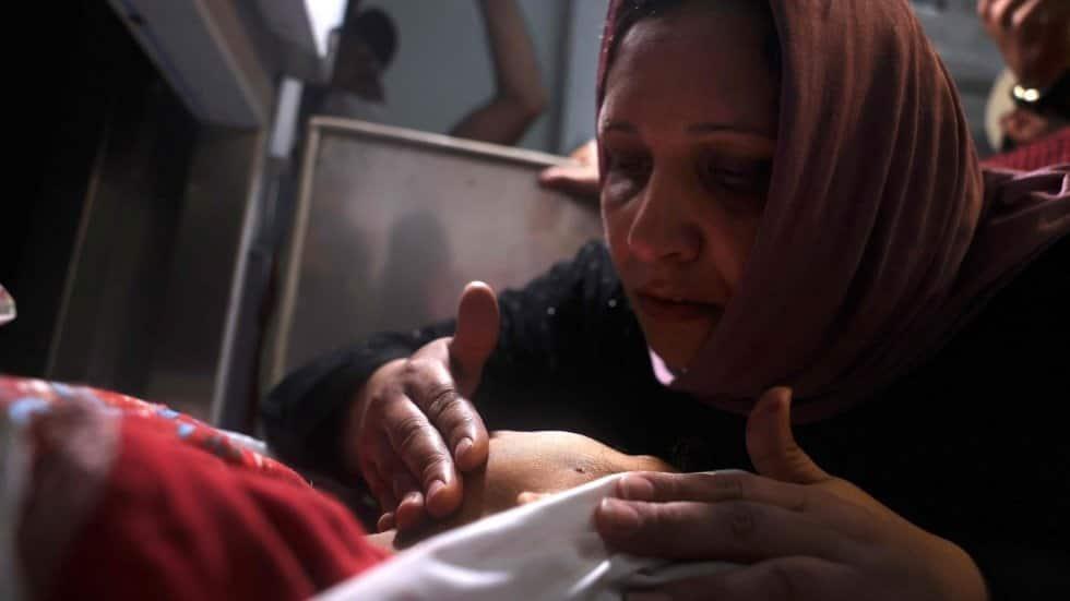 Una madre palestina toca el cadáver de su hijo en un hospital del norte de la Franja de Gaza, este lunes. Al menos 20 palestinos, entre ellos varios niños, murieron hoy en Gaza, según informó el Ministerio de Sanidad, en plena escalada de violencia con Is