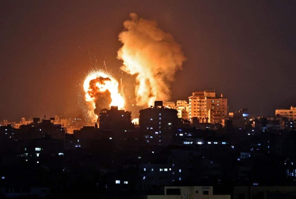 Una parte de la Franja de Gaza incendiada tras los ataques de Israel sobre Palestina. MAHMUD HAMS AFP