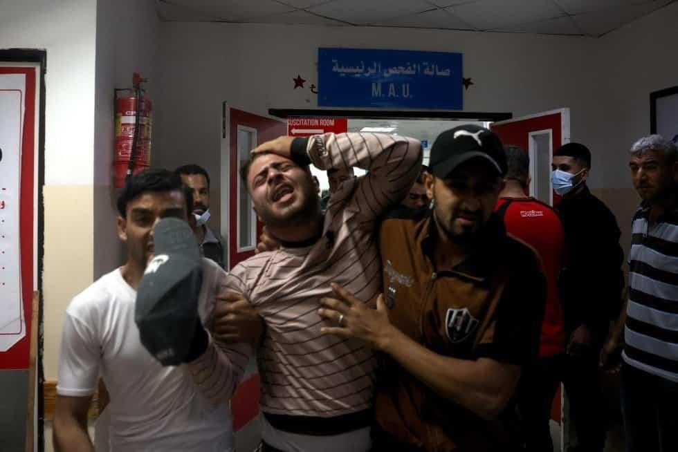Varias personas se lamentan en un hospital del norte de la franja de Gaza, este lunes.  MOHAMMED ABED AFP