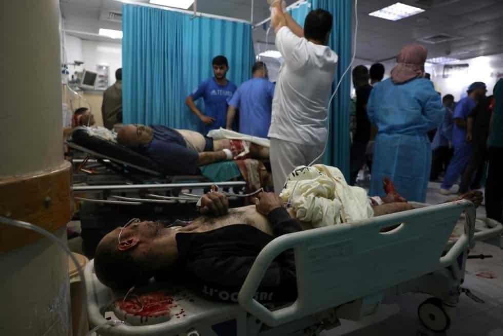 Varias personas heridas reciben cuidados en un hospital del norte de la franja de Gaza. La escalada de violencia durante el mes de Ramadán en Jerusalén registró este lunes la jornada con mayor tensión. MOHAMMED ABED AFP