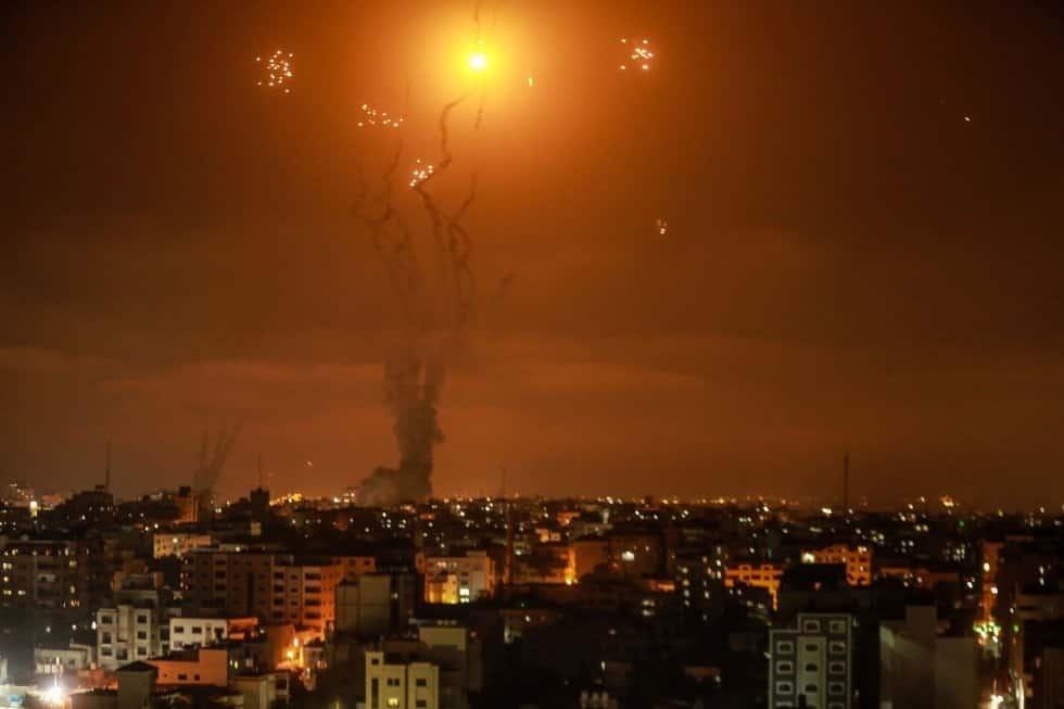 El sistema de defensa aérea Cúpula de Hierro de Israel intercepta los cohetes lanzados por el movimiento islamista palestino Hamás desde Gaza hacia Israel. MOHAMMED TALATENE EUROPA PRESS