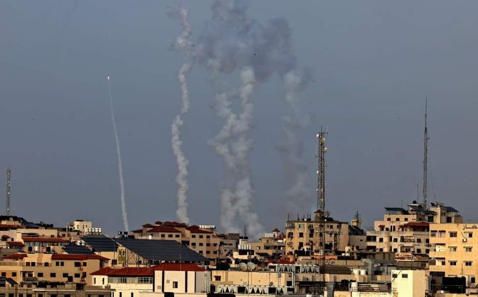 Lanzamiento de cohetes desde Gaza, este lunes. El Ejército israelí confirmó bombardeos de represalia en la franja y varios ataques selectivos contra milicianos y objetivos del movimiento islamista Hamás, que controla de facto el enclave, pero dijo no pod