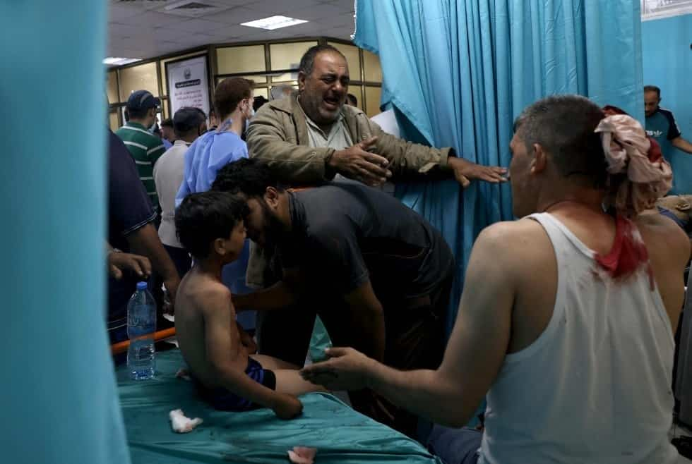 Varias personas son atendidas en el interior de un hospital de la franja de Gaza, tras un ataque de Israel. MOHAMMED ABED AFP