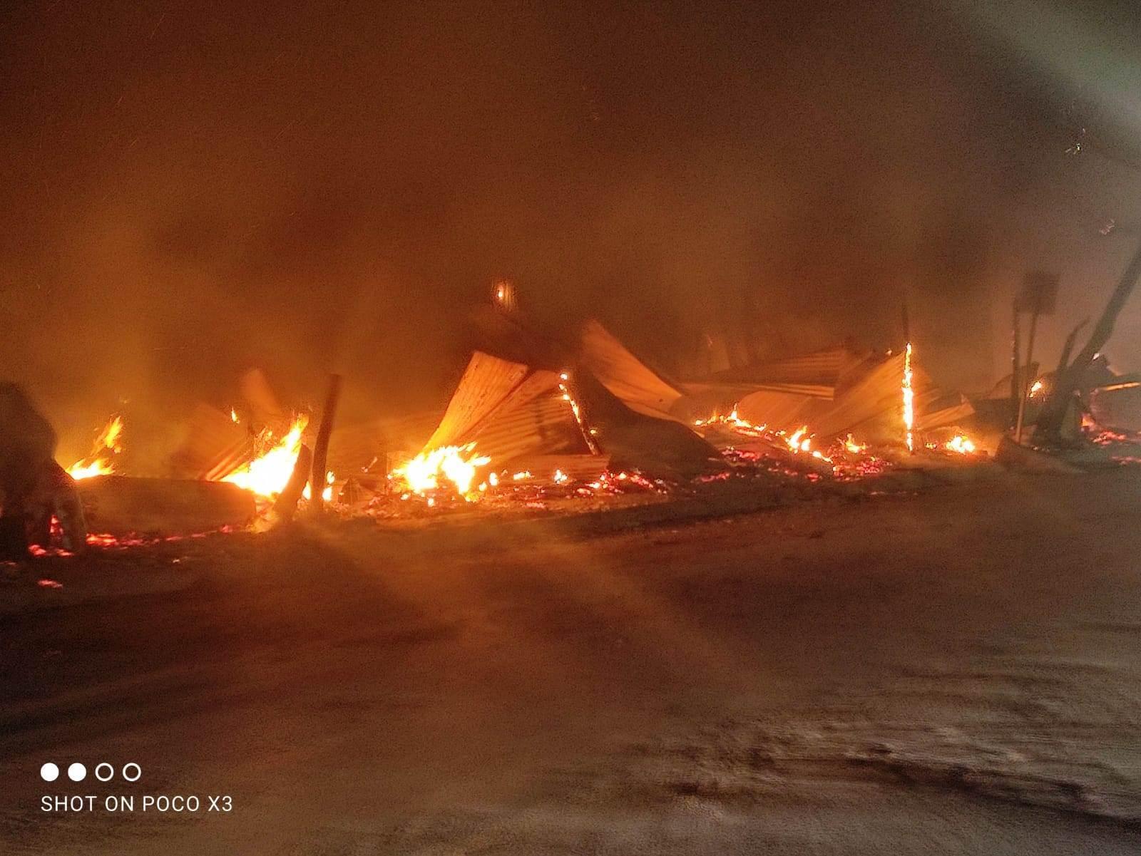 Fuego arrasó con por lo menos, 25 locales de Pulga de El Riel, la madrugada del miércoles. (Foto: La Tarde/Staff)
